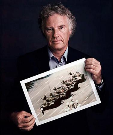 Muere uno de los fotógrafos de una foto icónica, Charlie Cole, Tiananmen